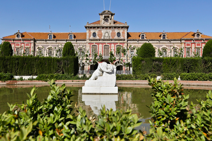 Lily pond with the statue of Desconsol and the fortress arsenal building, which now houses the Catalan Parliament